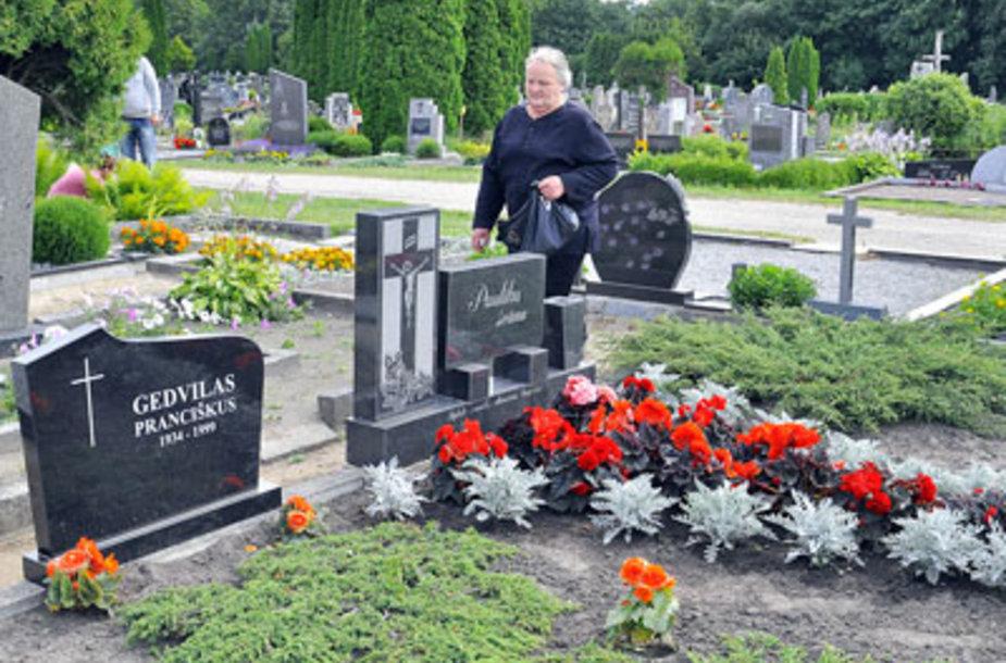 Ramutė Paulikaitė šeimos kapavietėje išvydo paminklą svetimam žmogui