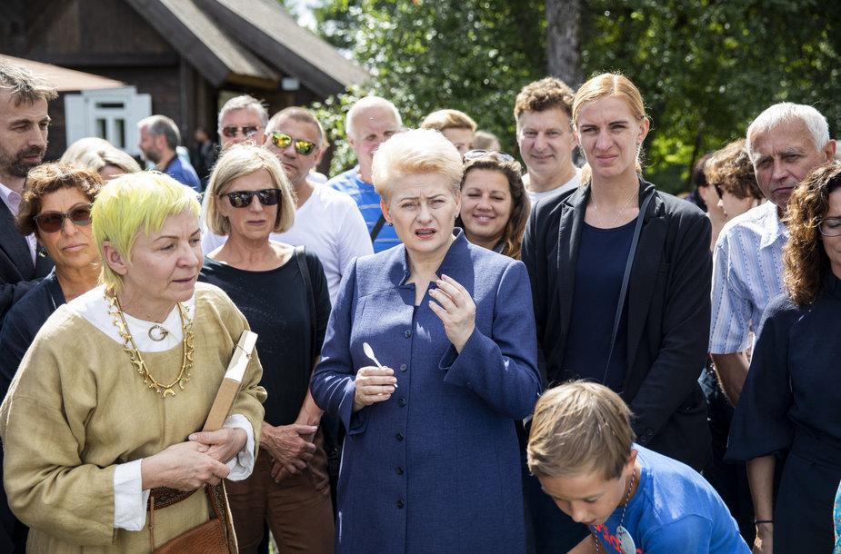 Dalia Grybauskaitė lankėsi medkopio pabaigos šventėje senovinės bitininkystės muziejuje