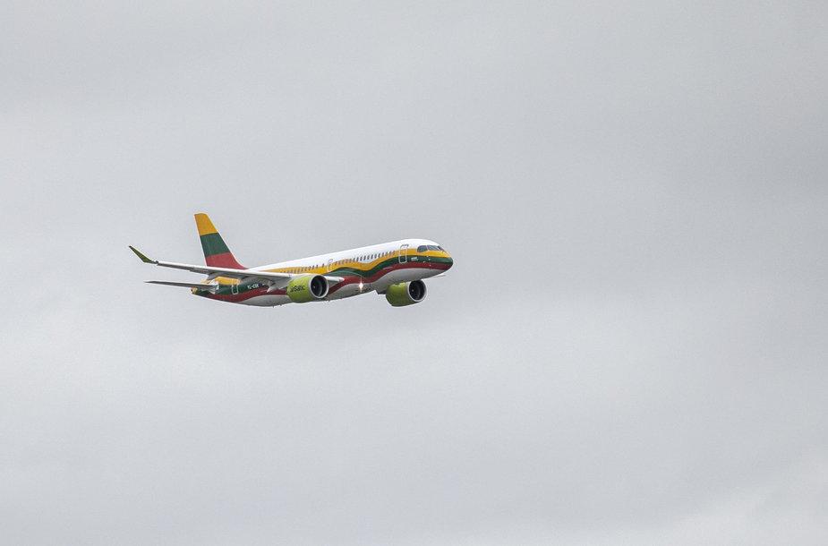 """Lietuvos vėliavos spalvomis nudažyto lėktuvo """"Airbus A220-300"""" pasitikimas Vilniaus oro uoste"""