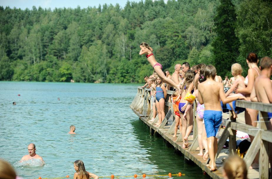 Prie Žaliųjų ežerų karštą savaitgalį suvažiuoja daugybė vasaros malonumų mėgėjų.