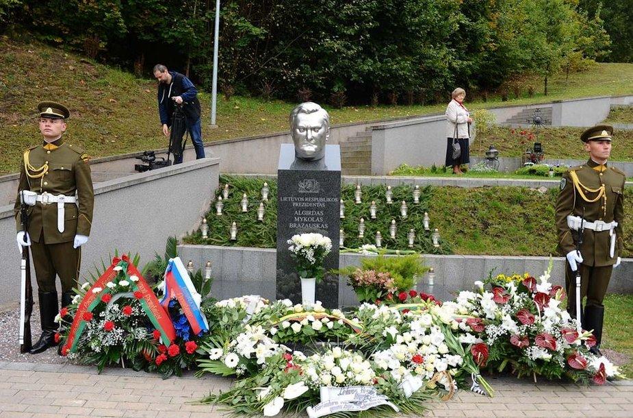 Prie A.M.Brazausko kapo Antakalnio kapinėse padėta gėlių