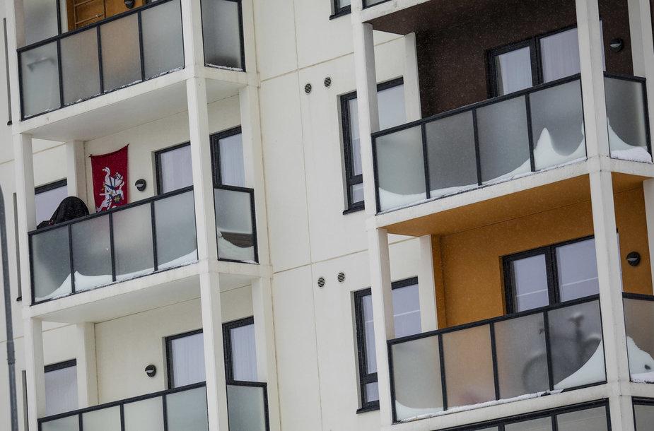 Sniegas daubiabučių balkonuose