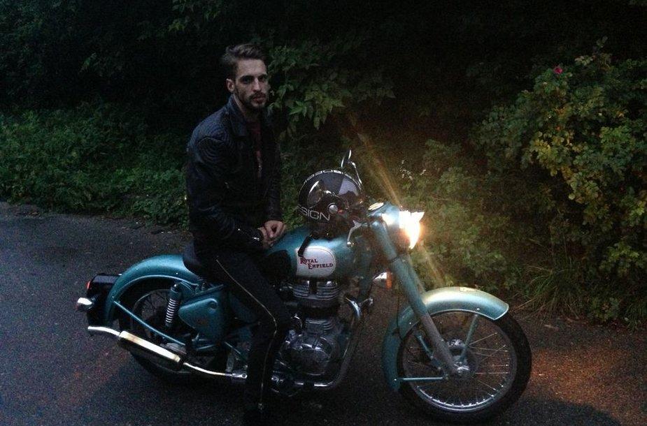 """Justinas Jarutis su savo nauju motociklu """"Royal Enfield"""""""