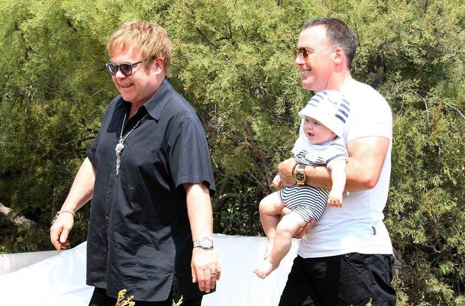 Dainininkas Eltonas Johnas su sutuoktiniu Davidu Furnishu ir sūnumi