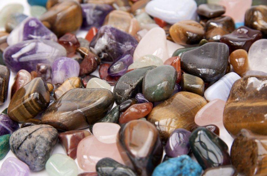 Pusbrangiai akmenys