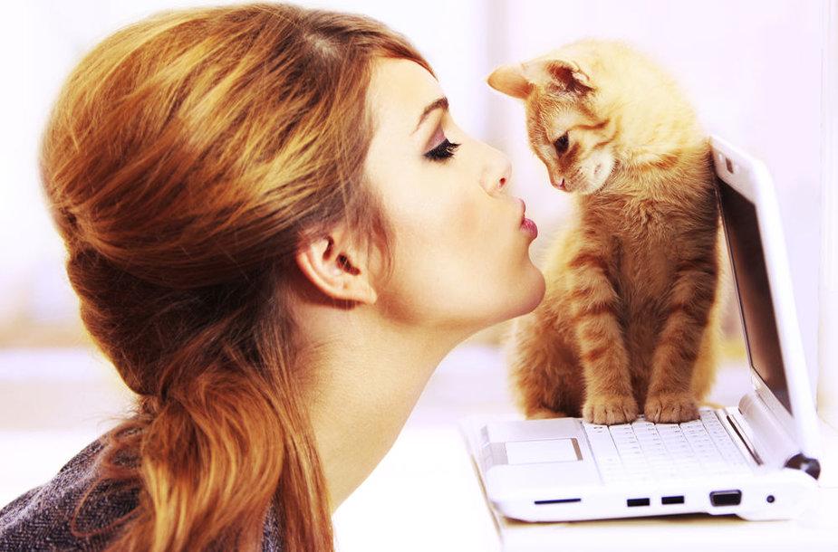 Mergina ir kačiukas