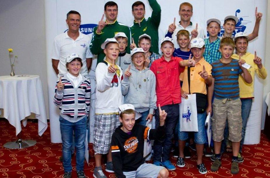 Broliai Lavrinoviciai ir Robertas Javtokas su jaunaisiais krepšininkais