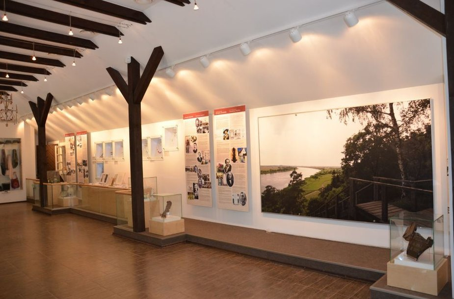 Lankytojų patogumui, žmonių švietimui naujuose lankytojų centruose įrengtos arba įrengiamos teminės vidaus ekspozicijos, viena jų įrengta ir Rambyno regioniniame parke