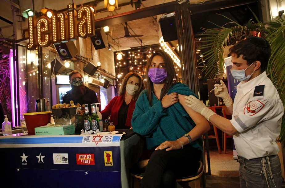 Izraelyje gyventojai skiepijami net baruose