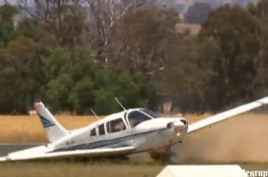 Nufilmuota, kaip naujokas pilotas tobulai nutupdė ratą ore pametusį lėktuvą