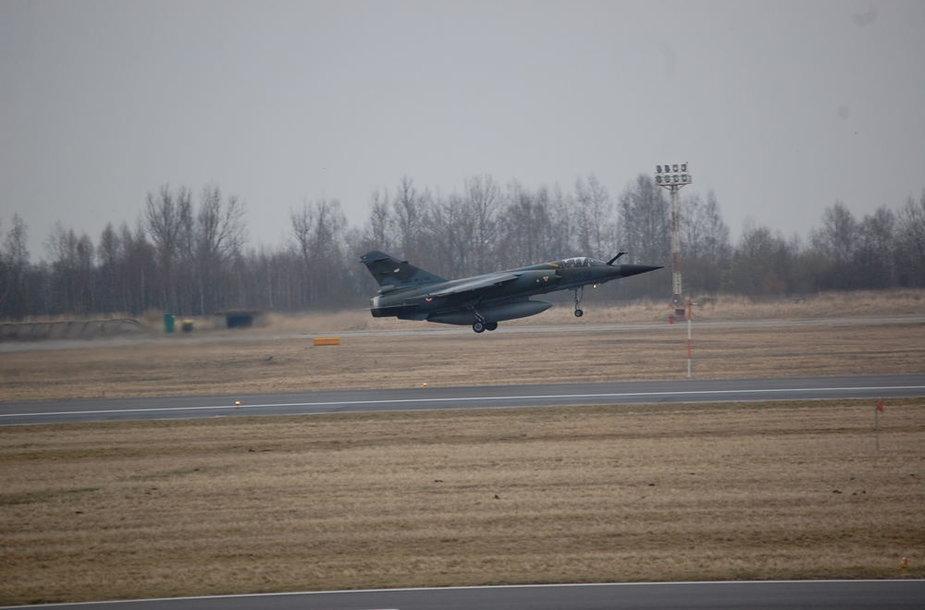 """Balandžio 26 d. Šiauliuose nusileido Baltijos šalių oro erdvėje patruliuosiantys Prancūzijos naikintuvai """" Mirage"""" F-1 CR."""