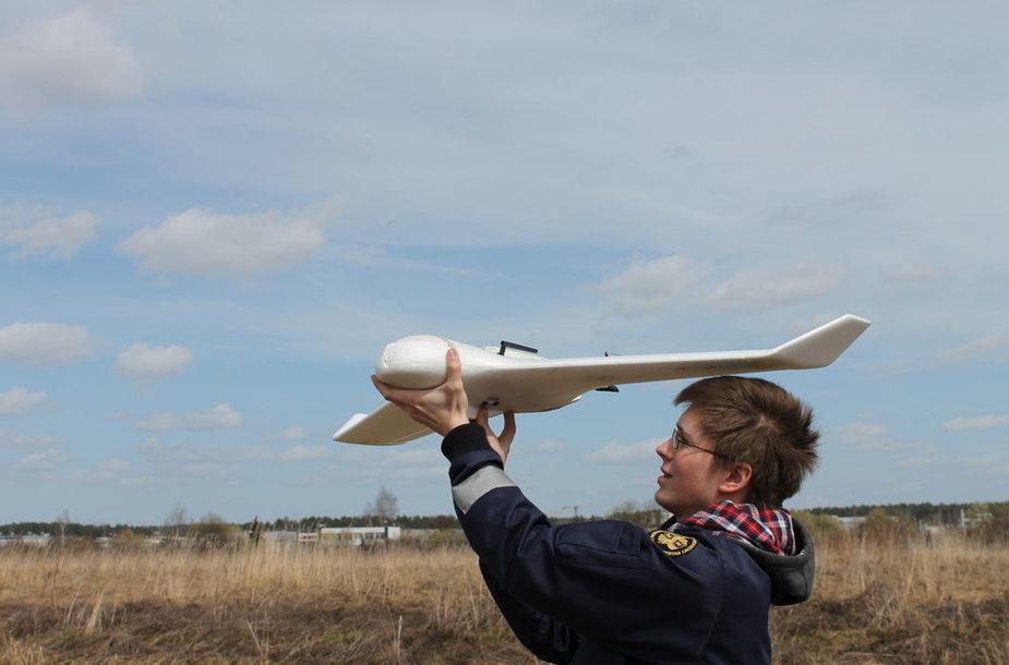 Studentas K.Kirijanovas su bepiločiu lėktuvu
