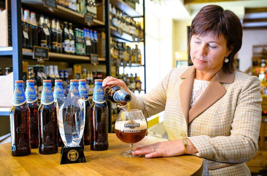 """""""Švyturio"""" vyriausioji aludarė Džuljeta Armonienė didžiuojasi išskirtiniu apdovanojimu """"Baltijos"""" alui – """"Krištolo"""" žvaigžde."""