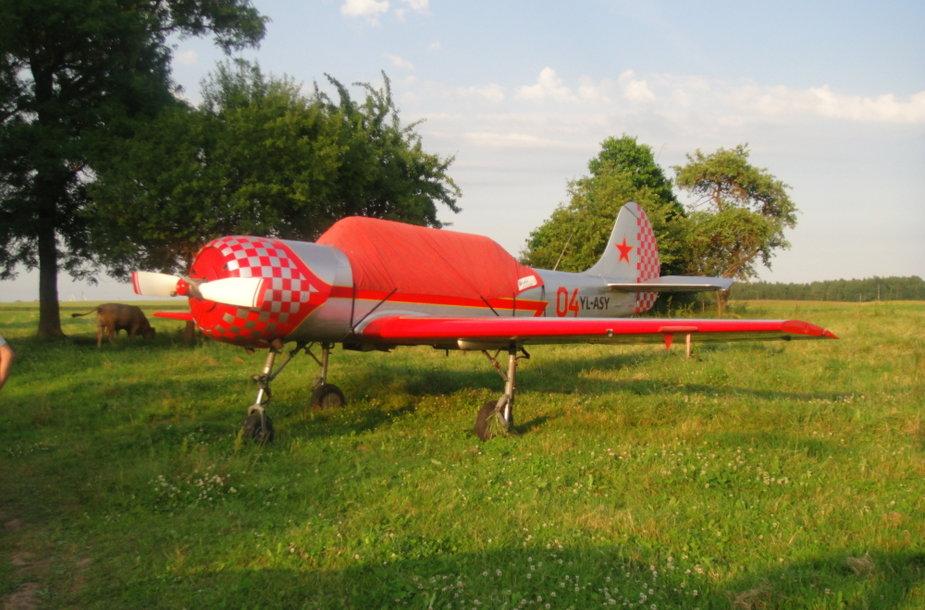 Laimingas lėktuvo nusileidimas javų lauke. 15min.lt skaitytojos Apolonijos Koževnikovienės nuotr.