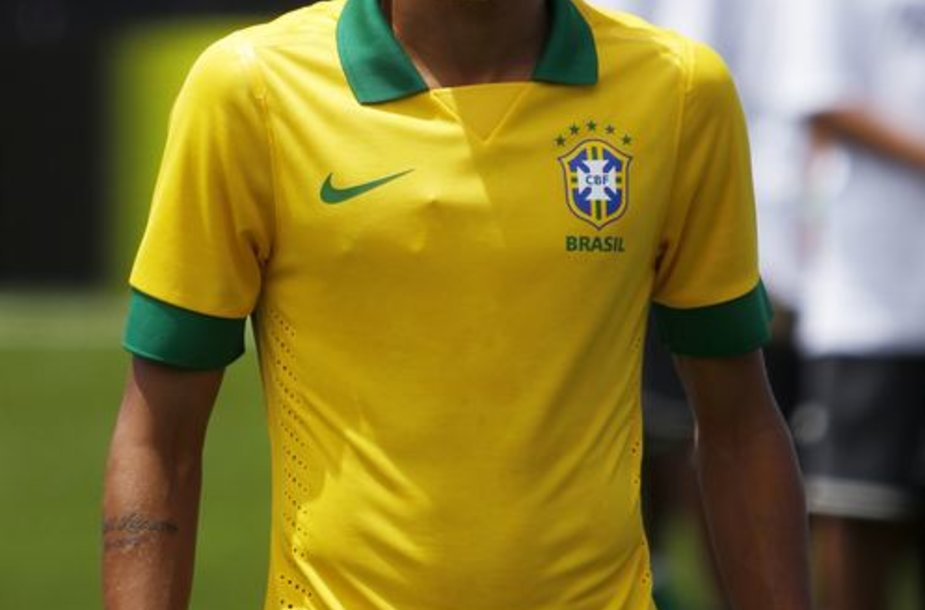 Geriausias 2012-ųjų Pietų Amerikos futbolininkas Neymaras pristatė Brazilijos futbolo rinktinės marškinėlius.