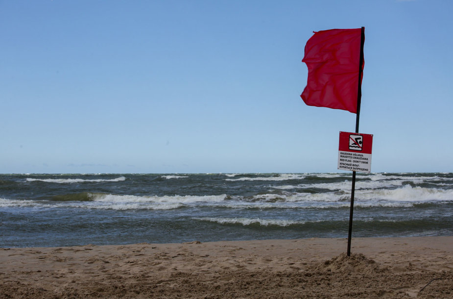 Poilsiautojus iš Palangos paplūdimo išgynė vėjas