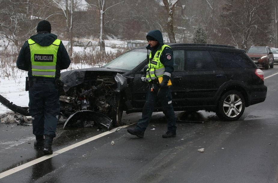 Trečiadienio vidurdienį Vilniuje, Verkių gatvėje, įvyko masinė avarija, kur sudaužyti 3 automobiliai