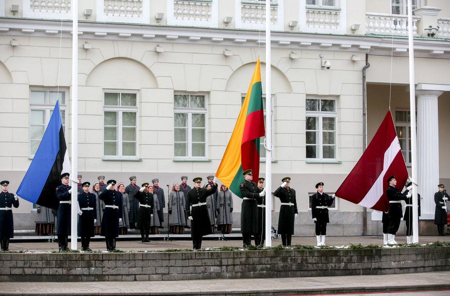 Prezidentūros aikštėje iškeltos trijų Baltijos valstybių vėliavos