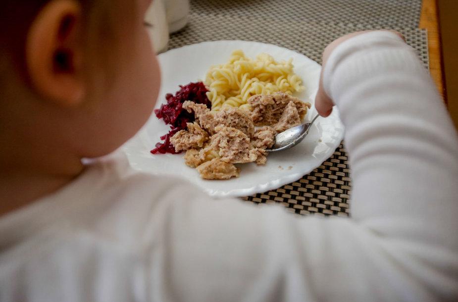 """Lentvario vaikų darželyje """"Šilas"""" kontrolieriai tikrino maitinimo kokybę"""