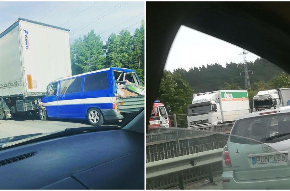 Kamščius kelyje į Klaipėdą prie Kauno sukėlė dvi avarijos