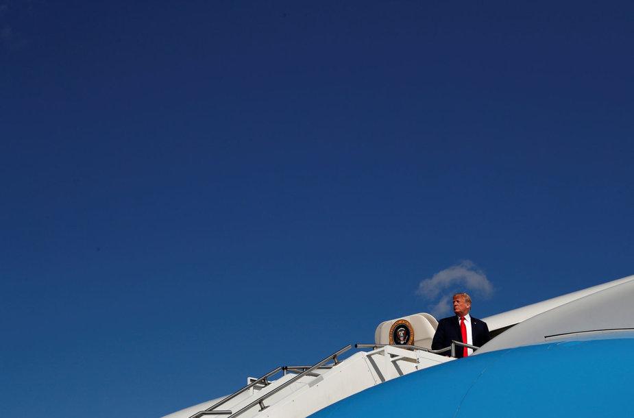 JAV prezidentas Donaldas Trumpas lipa į lėktuvą, vykstantį į Ohajo valstiją
