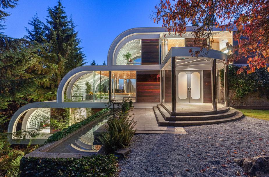 Krioklį primenantis namas iš plieno ir stiklo Vankuveryje