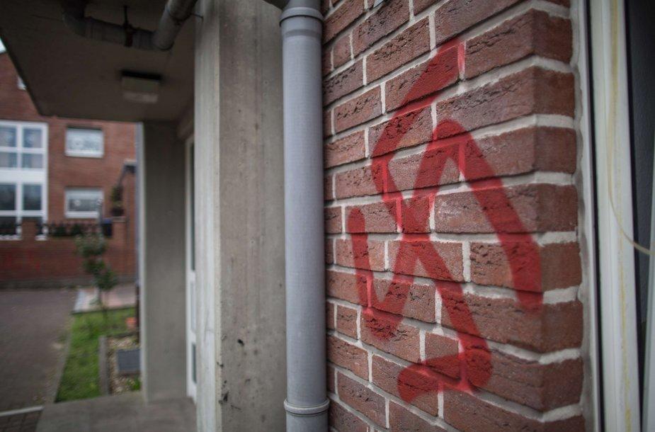 Vokietijoje prieglobsčio prašytojų laikinieji namai apipaišyti svastikomis