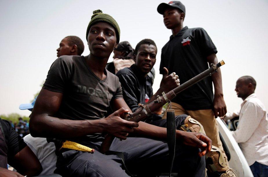 """Nuo """"Boko Haram"""" teroristų ginantys vietiniai Nigerijos kovotojai"""