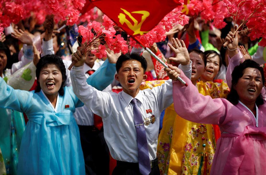 Diktatorių šlovinantys šiaurės korėjiečių veidai