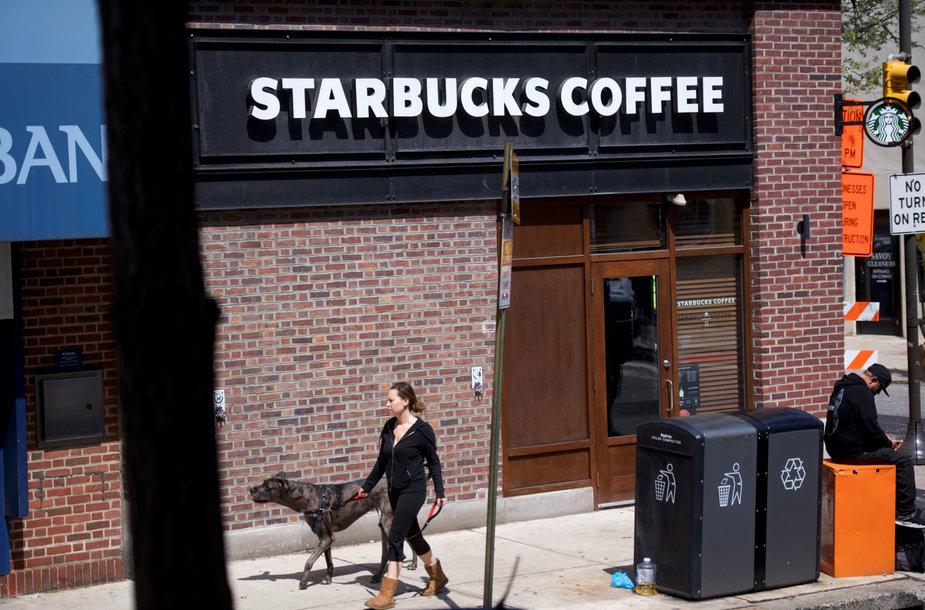 """Protestai prie """"Starbucks"""" kavinių JAV"""