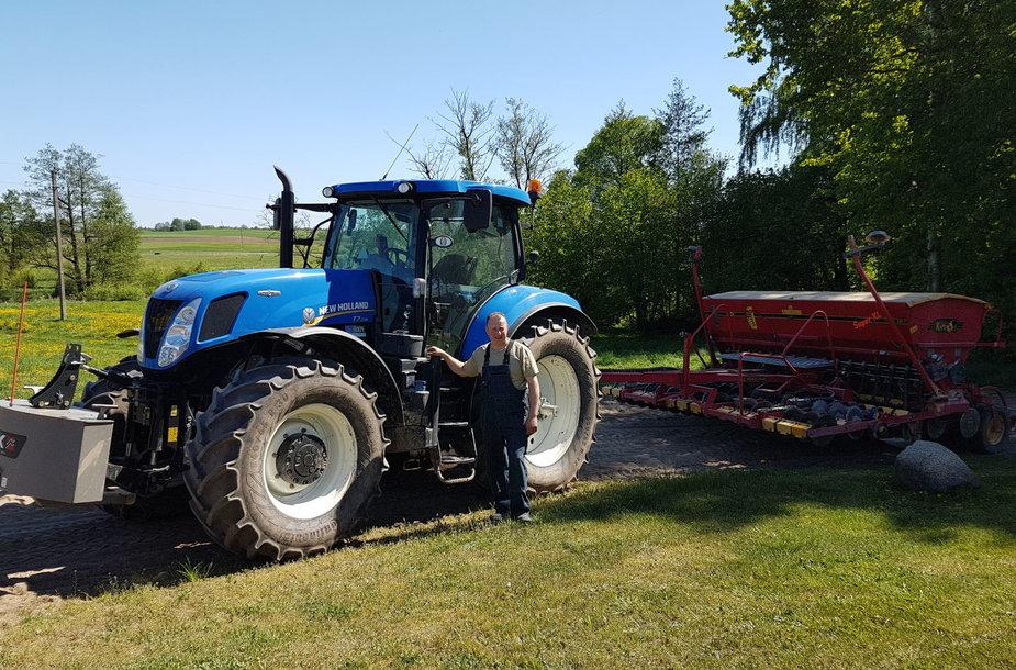 Gintautas Bendžiūnas prie už paramą įsigyto traktoriaus