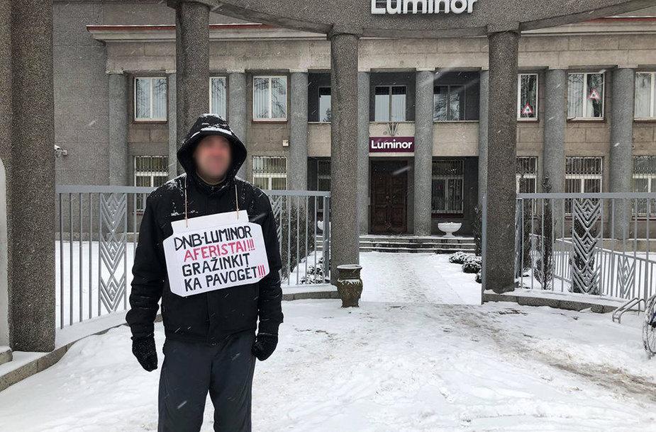 """Prieš """"Luminor"""" banką protestuojantis tauragiškis"""