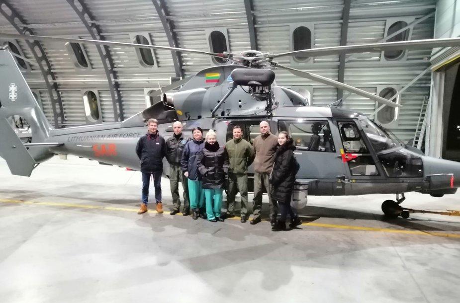 Kauno medikų komanda su įgula prie sraigtasparnio (iš kairės): P.Aniulis, T.Brusokas, A.Andriušaitienė, R.Budrikienė, G.Puišys, A.Laurinkus, G.Pečiulytė