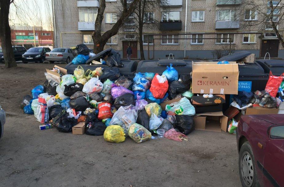 Perpildyti šiukšlių konteineriai Kauno Vilijampolėje