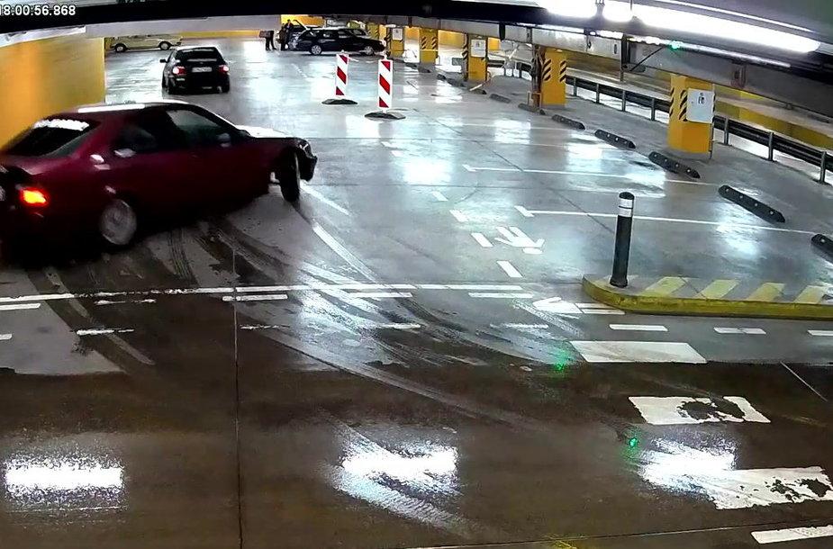 greitu-ir-isiutusiu-bmw-vairuotoju-lenktynes-pozemineje-automobiliu-stovejimo-aiksteleje-baigesi-liudnai