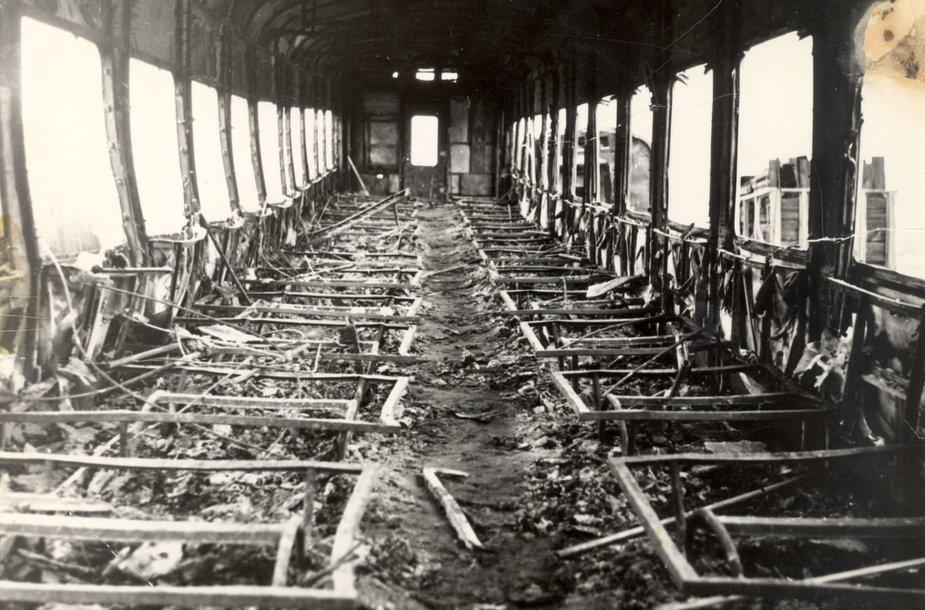 Žaslių traukinio vagonas po gaisro