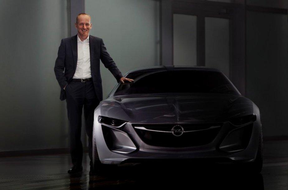 """""""Opel"""" generalinis direktorius Dr. Karlas Thomas Neumannas šalia """"Monza"""" koncepto"""