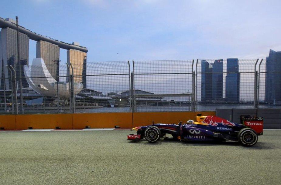 Sebastienas Vettelis treniruočių Singapūro trasoje metu