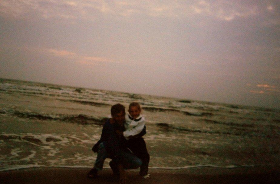 Mano vyras su mūsų mažiausiaja išvykoje prie jūros