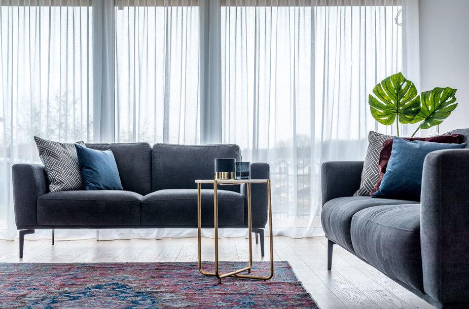 Skandinaviško stiliaus namo interjeras, sukurtas jaunai šeimai