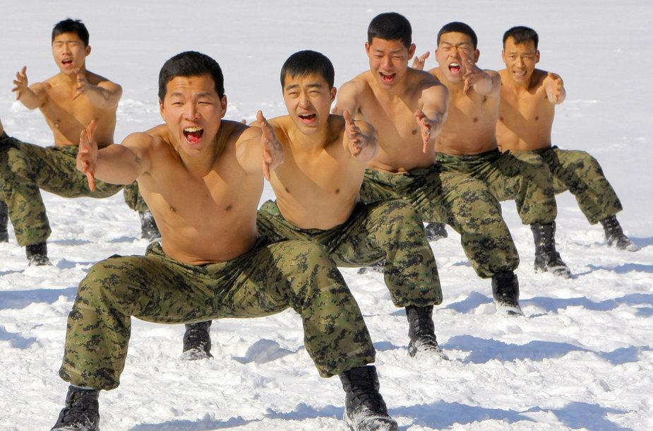 Pietų Korėjos kariai treniruojasi