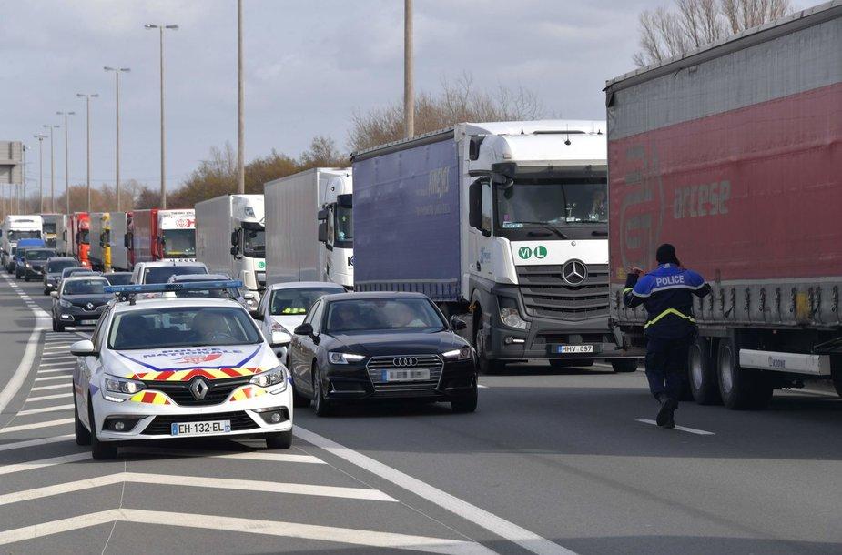 Prancūzijos muitinei surengus streiką, Kalė uoste nusidriekė ilgos sunkvežimių eilės