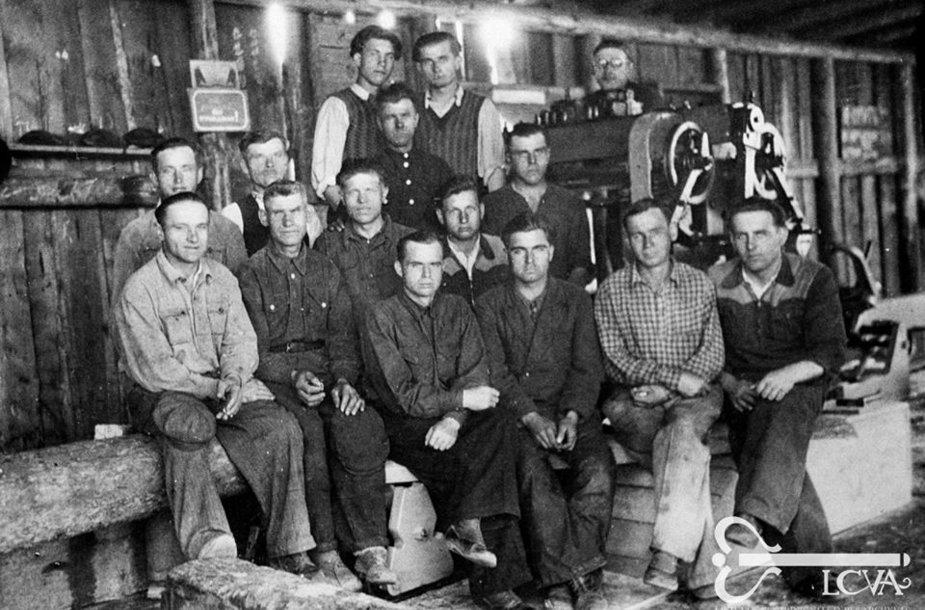 Tremtiniai lentpjūvės darbininkai. Irkutsko sritis, Zimos miestas. [1953 m.] Vilhelmo Janiselio fotonuotrauka