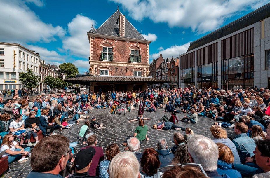 Gatvės teatro festivalis SPOT: kvapą gniaužiantys akrobatiniai triukai ir menas netikėtose erdvėse