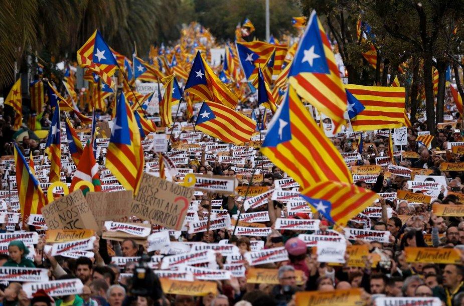Gatves užplūdę katalonai reikalavo laisvės savo lyderiams