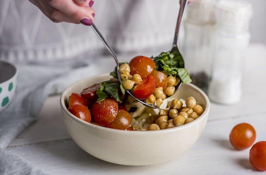 Pomidorų ir fetos salotos su avinžirniais