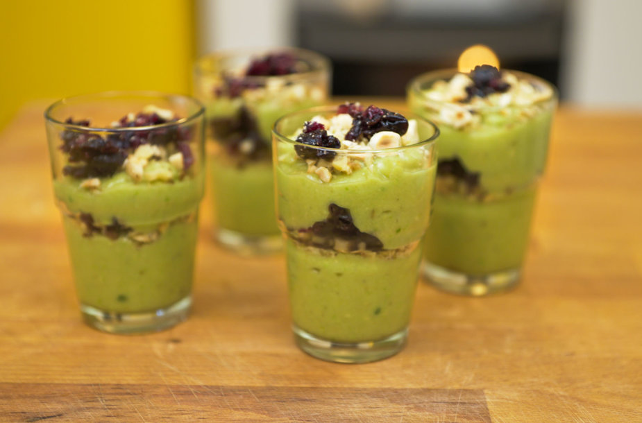 Greitai pagaminamas bananų-avokadų desertas su džiovintais vaisiais ir riešutais