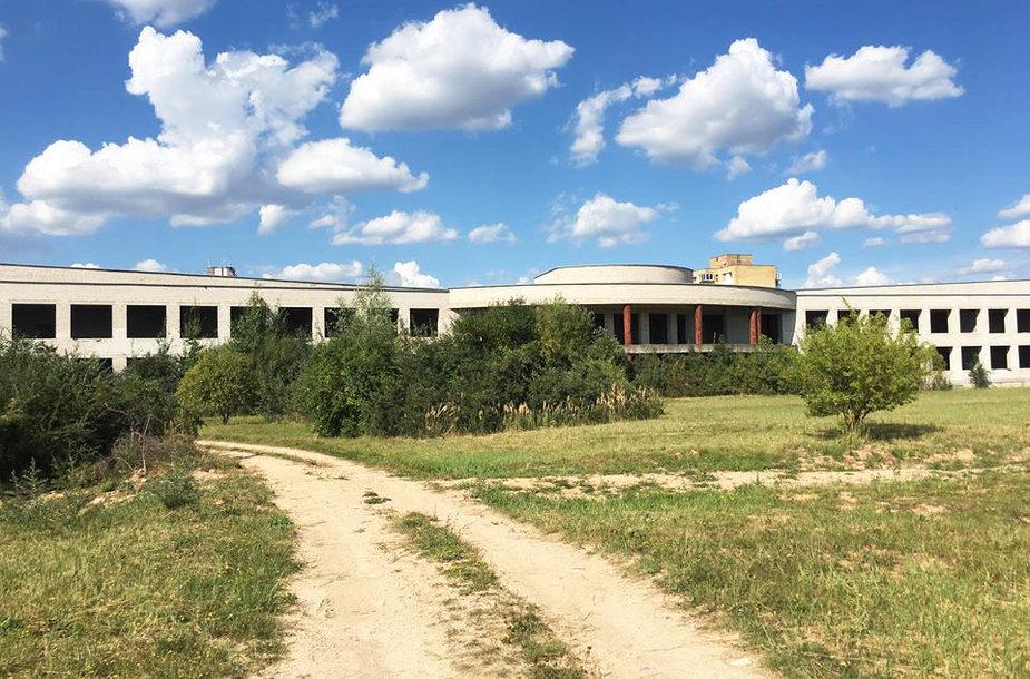 Panevėžio savivaldybei priklausančią nebaigtą statyti Pilėnų mokyklą bus bandoma parduoti 18-tą kartą