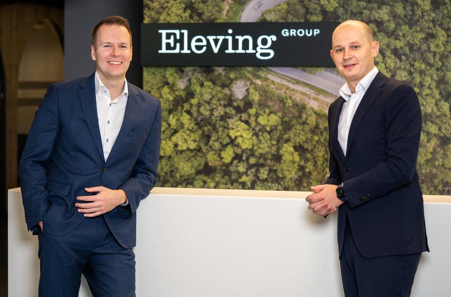 """Kairėje – įmonės finansų direktorius Maris Kreics, dešinėje – """"Eleving Group"""" generalinis direktorius Modestas Sudnius"""
