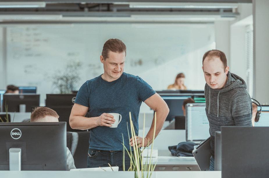 """""""HomeToGo"""" vyriausiasis technologijų direktorius ir Lietuvos padalinio vadovas – Audrys Kažukauskas (kairėje)"""
